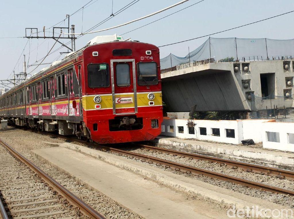 Double double track (DDT) dibangun untuk mengurai antrean Commuter Line (KRL) dan kereta antarkota.