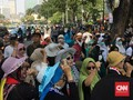 Emak-emak Kawal MK Bernyanyi 'Prabowo Naik, Jokowi Turun'
