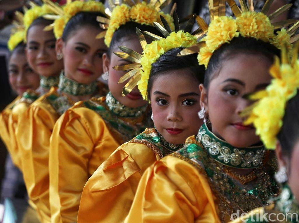 Anak-anak mengenakan pakaian tradisional untuk mengikuti lomba menari yang diadakan di acara Gebyar RPTRA.