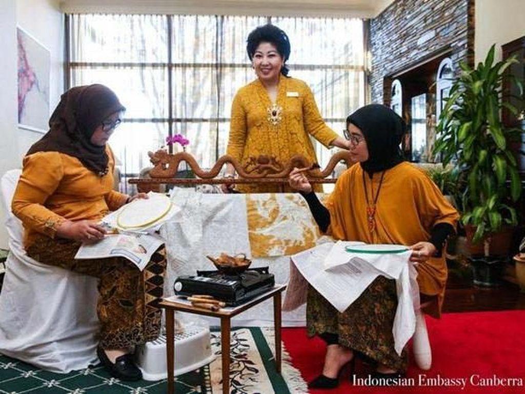 Para peserta sangat terlihat kagum dengan motif motif batik Jawa dari Parang, Truntum, Sidomukti hingga Megamendung, yang indah dengan detil karya seni, perpaduan warna dan coraknya yang bervariasi indah. Pool/KBRI Canberra.