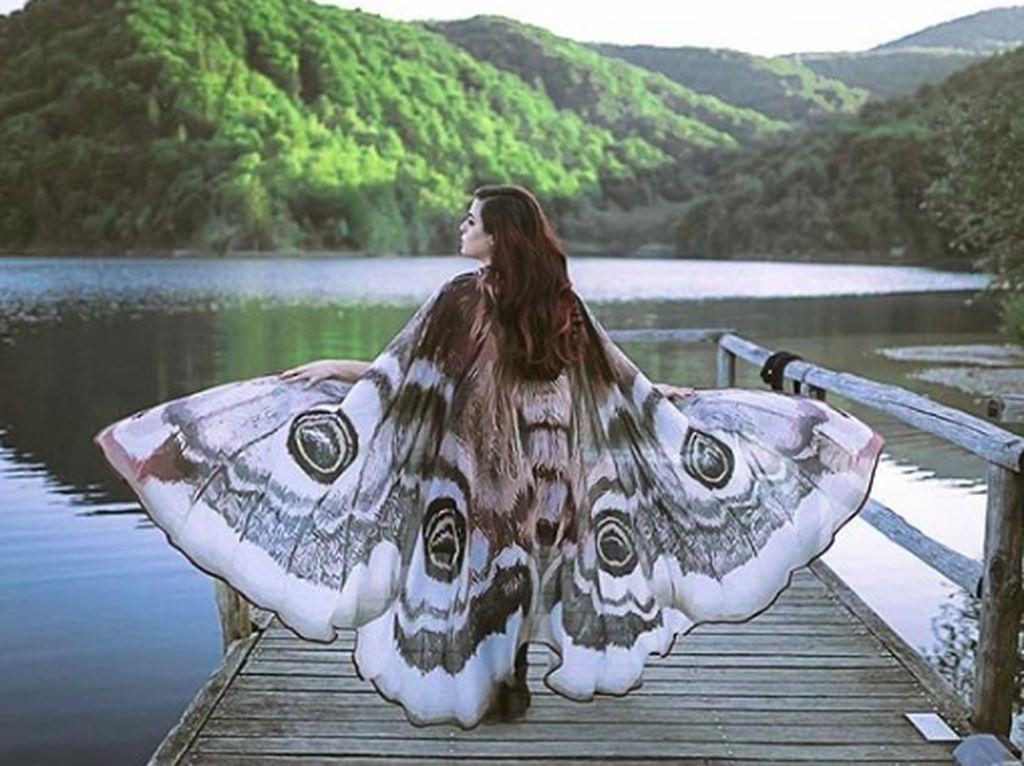 Baju wanita ini dibuat seperti sayap kupu-kupu, sehingga membuat yang memakainya seolah bisa terbang. (Foto: Brightside)