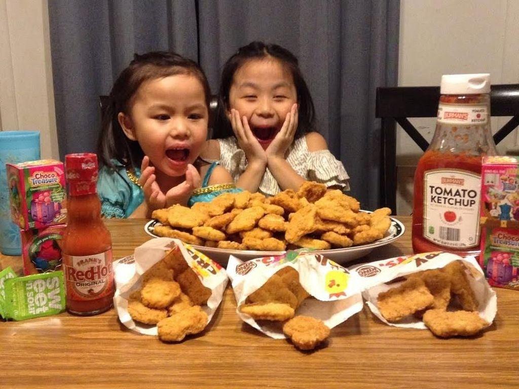 Dua anak ini siap menghabiskan 100 potong chicken nugget. Oiya, sebagai orang tua juga harus mengontrol porsi makan anak ya. Foto: istimewa