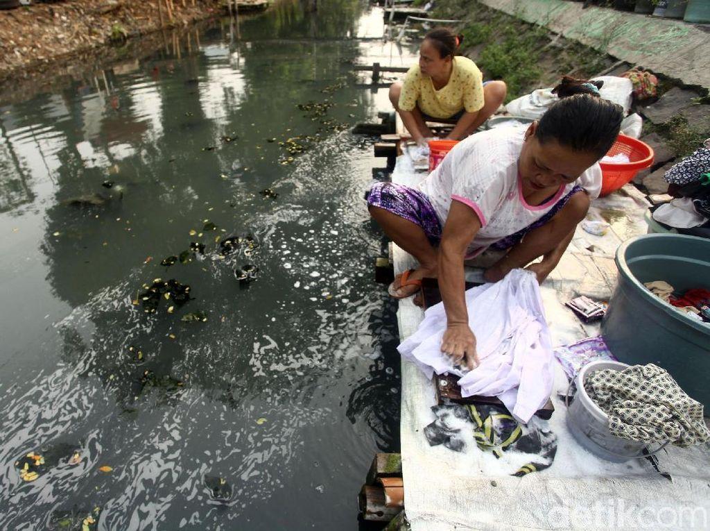 Aktivitas mencuci pakaian ini rutin dilakukan setiap pagi dan sore hari.