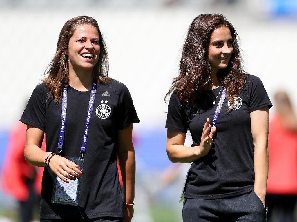 Melanie Leupolz (kiri) dan Sara Daebritz di luar pertandingan. (Foto: Maja Hitij/Getty Images)