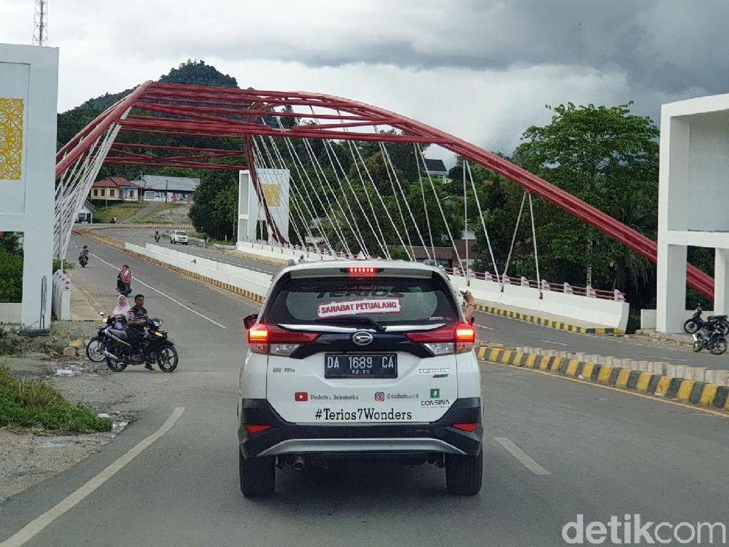 Bahkan sebelum memasuki PPBN tersebut, ada sebuah jembatan kokoh dan megah yang membentang di Jalan Raya Entikong.