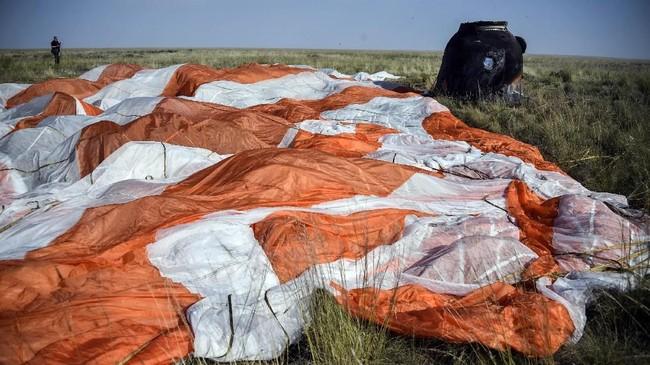 Ketiga orang ini telah menyelesaikan misi selama 204 hari dan memgitari bumi sebanyak 3.264 putaran dengan total perjalanan 84,6 juta mil. (Alexander Nemenov/Pool via REUTERS)