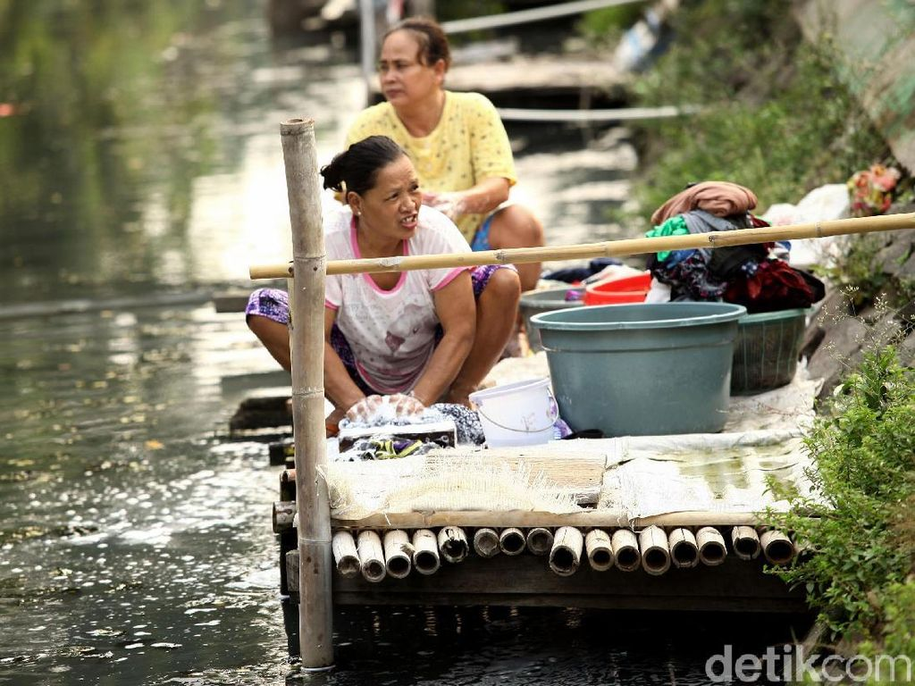Aktivitas mencuci di pinggir kali ini menjadi kegiatan rutin yang dilakukan oleh warga di pinggiran kota Jakarta ini.