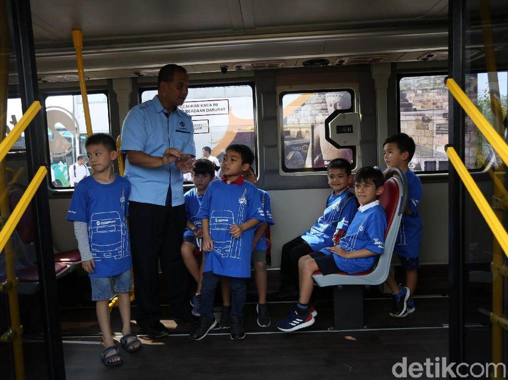 Dalam kesempatan tersebut para siswa mempelajari sistem transportasi, mengenal serta diajak untuk mencintai moda transportasi umum di Jakarta.
