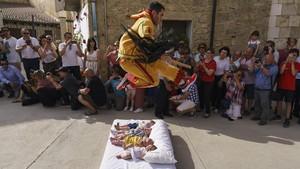 FOTO: Melompati Bayi Demi Mengusir Iblis di Spanyol