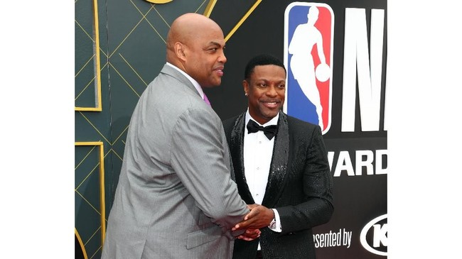 Aktor Hollywood Chris Tucker bersalaman dengan legenda NBA Charles Barkley jelang acara NBA Awards 2019. (Joe Scarnici/Getty Images for Turner Sports/AFP)