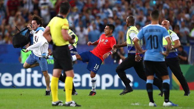 Bek Chile Tendang Penyusup, Suarez Coba Desak Wasit