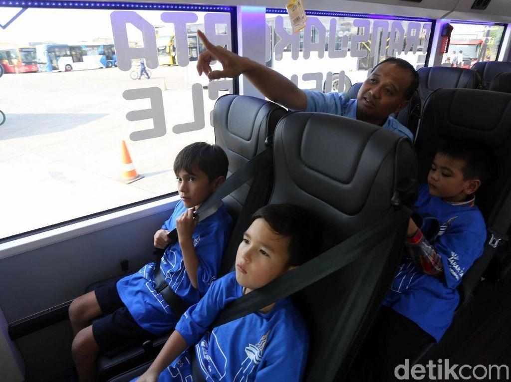 Direktur Utama PT Transportasi Jakarta Agung Wicaksono juga memberikan penjelasan soal fitur-fitur yang disematkan di bus TransJakarta.
