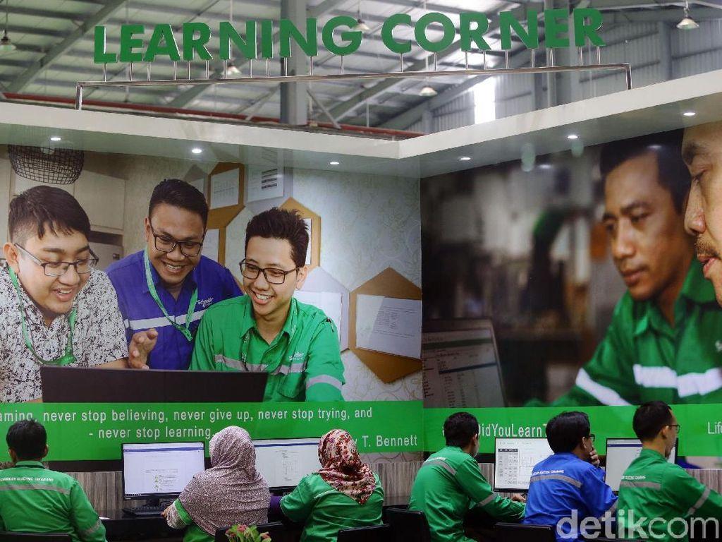 Di salah satu sudut pabrik pintar tersebut juga tersedia Learning Corner yang dapat digunakan oleh para karyawannya.