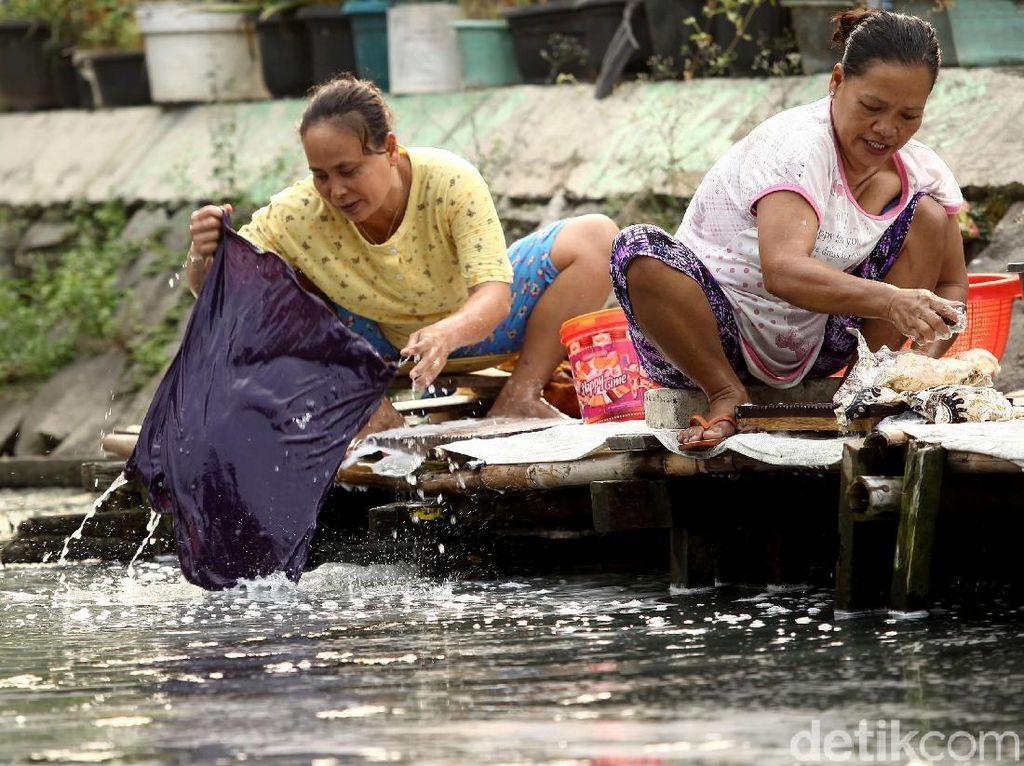 Meski air kali tak dapat dikatakan bersih, warga memilih mencuci di pinggir kali untuk menghemat air bersih yang mereka dapatkan dari membeli air bersih keliling.