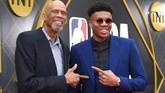 Legenda bola basket Amerika Serikat Kareem Abdul-Jabbar (kiri) di karpet merah NBA Awards 2019 bersama Giannis Antetokounmpo. (LISA O'CONNOR / AFP)