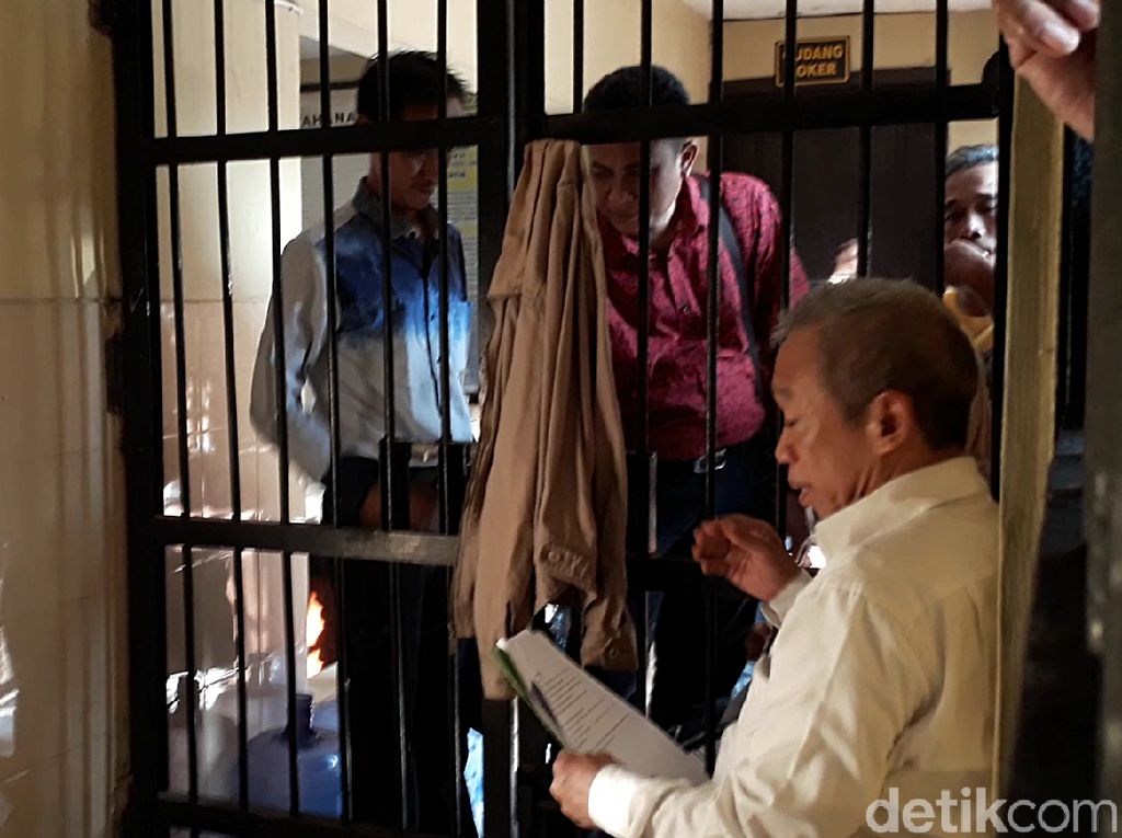 Polisi mengungkap ijazah palsu itu digunakan Qomar untuk mencalonkan diri sebagai rektor. Dedengkot grup lawak Empat Sekawan yang juga politisi ini dinilai melanggar Pasal 263 KUHP dengan ancaman hukuman 7 tahun penjara.