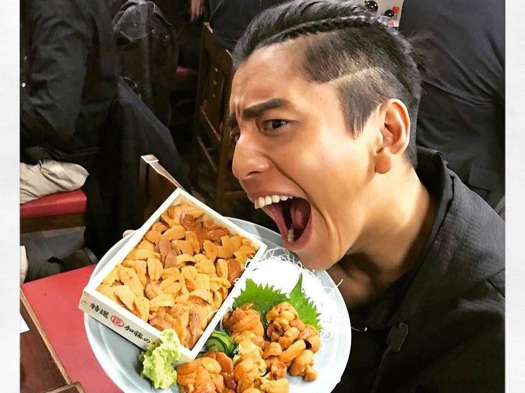 Dapat kiriman makan siang yang enak, Darren tak bisa menutupi rasa senangnya. Darren sendiri memang hobi makan. Foto: Instagram @taluwang