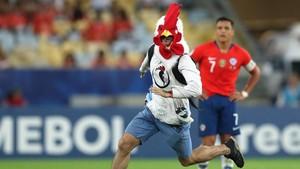 FOTO: Maskot Ayam Masuk Lapangan Sebelum Uruguay Bobol Chile