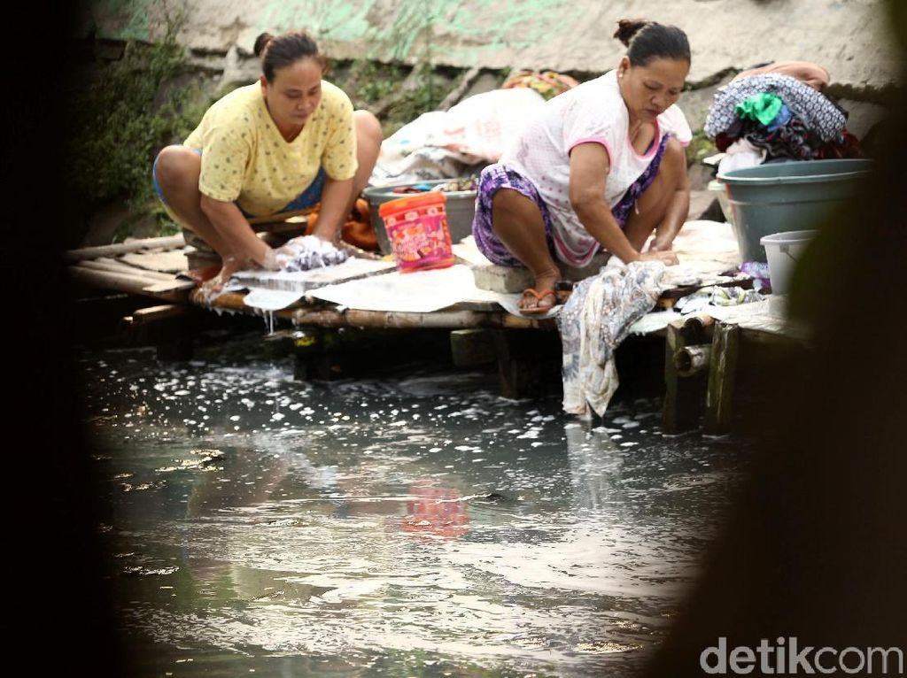 Ironi Warga Jakarta, Masih Ada loh yang Mencuci Baju di Kali