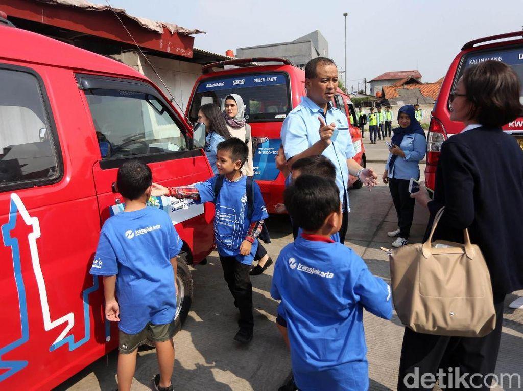 Selain TransJakarta, para siswa juga diajak untuk melihat-lihat angkot yang beroperasi di Jakarta.