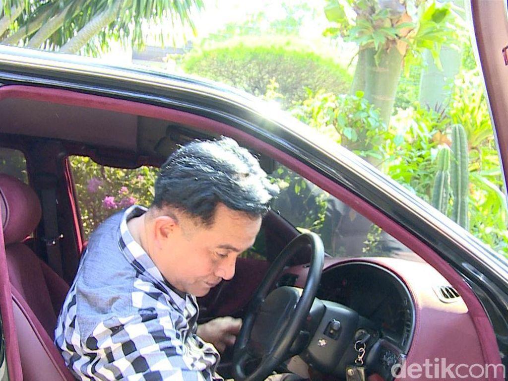 Meski mengaku tak terlalu suka dengan interior berwarna merah marun, tapi mantan Menteri Kehakiman dan Menteri Sekretaris Negara itu tak mengubahnya. Mobil sesekali saja dia pakai pelesiran seputar Jakarta bersama istri dan anak-anak.