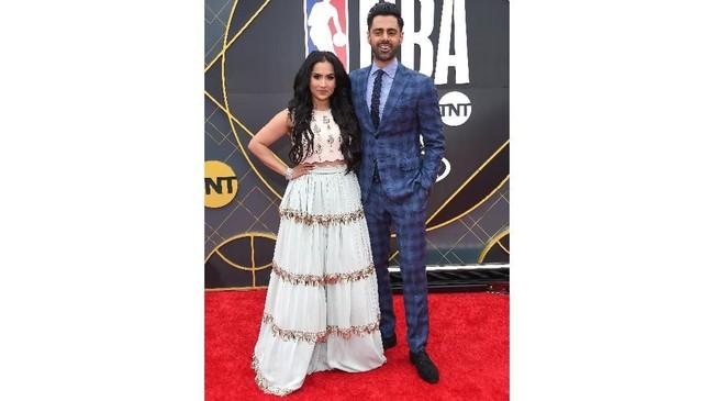Komedian Hasan Minhaj dan istri, Beena Patel, hadir di NBA Awards 2019. (LISA O'CONNOR / AFP)