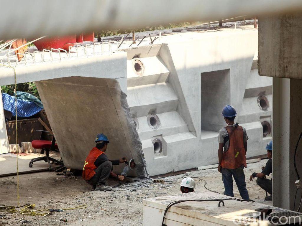 Sejumlah petugas nampak mengerjakan proyek pembangunan double double track (DDT) Jatinegara-Manggarai.