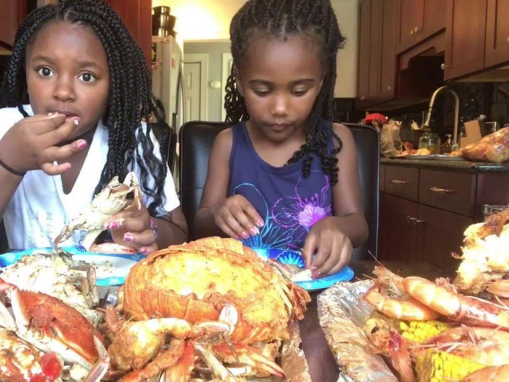 Seafood dengan bumbu lousiana jadi pilihan dua gadis berambut panjang ini. Keduanya siap menghabiskan kepiting, udang, cumi hingga jagung berlumur saus. Foto: istimewa