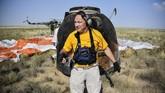 Tim penyelamat lantas membawakan perangkat untuk membopong para astronaut yang baru saja mendarat. Mereka juga akan melakukan pemeriksaan kesehatan begitu mereka mendarat. (Alexander Nemenov/Pool via REUTERS)