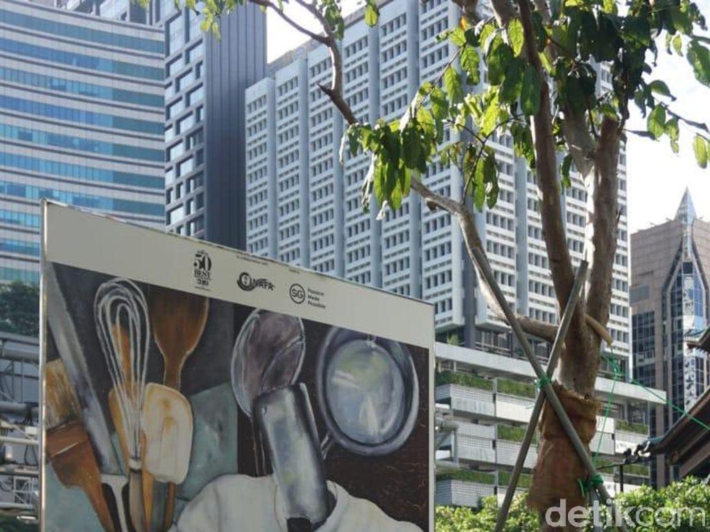 Ditaruh di sepanjang jalan Orchard Road, lukisan-lukisan ini sangat menarik perhatian para pengunjung. Berjudul Soulness, Regine Tan membuat lukisan dengan cat minyak di kanvas. Foto: dok. detikFood/ Lusiana Mustinda