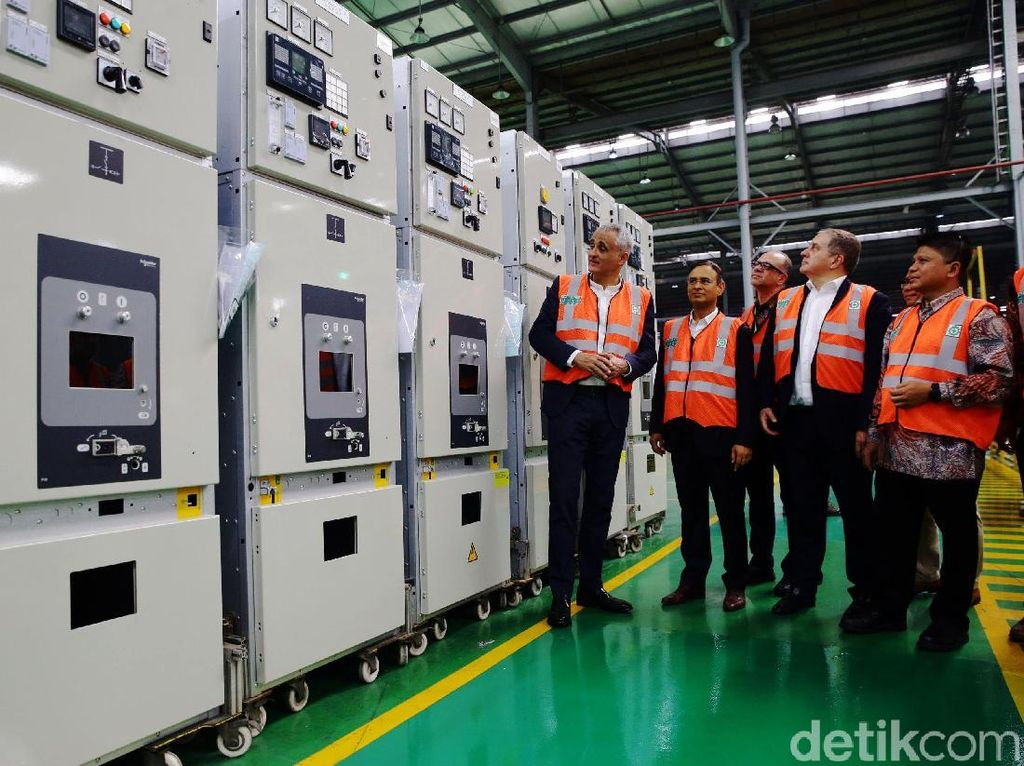 Sejumlah petinggi Schneider Electric meninjau pabrik pintar mereka di kawasan Cikarang, Jawa Barat.