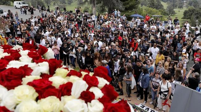 Sebuah acara digelar di Glendale, California, tepat di hari 10 tahun meninggalnya Jackson. (REUTERS/Mike Blake)