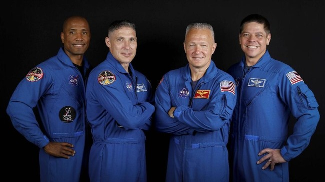 Kru astronaut NASA yang berada dalam Falcon Heavy terdiri dari Victor Glover, Michael Hopkins, Douglas Hurley and Bob Behnken berpose diJohnson Space Center in Houston, Texas, AS. (REUTERS/Mike Blake)