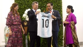 Dapat <i>Jersey</i> Argentina, Jokowi Jadi Messi