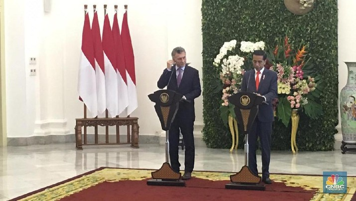 Ketika Jokowi Menerima Jersey Messi Bertuliskan 'Jokowi'