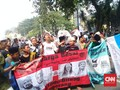 Anak-anak Nekat Ikut Aksi di MK Naik Mobil Bak dan Mengemper