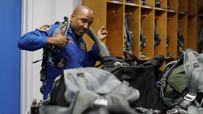 Kru astronaut NASA Victor Glover bersiap untuk latihan terbang pada Mei lalu, sebulan sebelum Falcon Heavy lepas landas. (REUTERS/Mike Blake)