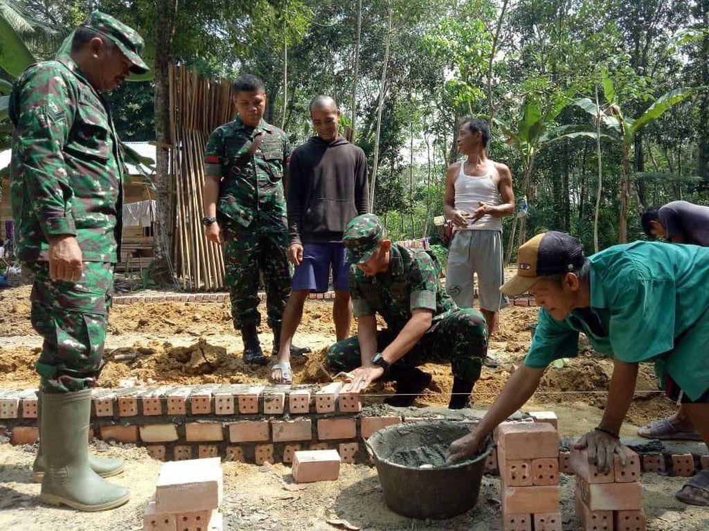 Dandim 0415/Batanghari Letkol Inf Widi Rahman meninjau lokasi TMMD di Desa Ladang Peris, Provinsi Jambi, Selasa (25/6/2019). Pool/Pen Kodim.