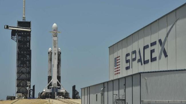 SpaceX berhasil meluncurkan roket Falcon Heavy yang membawa misi demonstrasi teknologi NASA. (REUTERS/Steve Nesius)