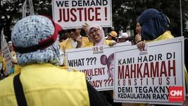 Massa Makin Dekati Gedung MK, Aparat Mulai Bersiaga