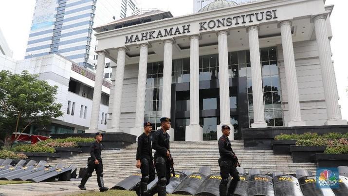 Puluhan ribu personel keamanan dikerahkan di gedung MK pada Rabu (26/6) jelang hasil keputusan sidang sengketa Pilpres 2019, besok.