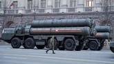 Sistem rudal ini dikembangkan pada 1990-an oleh perusahaan senjata, Almaz, sebagai pemutakhiran generasi S-300 dan mulai digunakan Rusia pada 2007. (REUTERS/Tatyana Makeyeva)