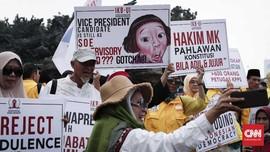 Ajang Foto di Aksi Kawal MK dan Pose Tanpa Jari