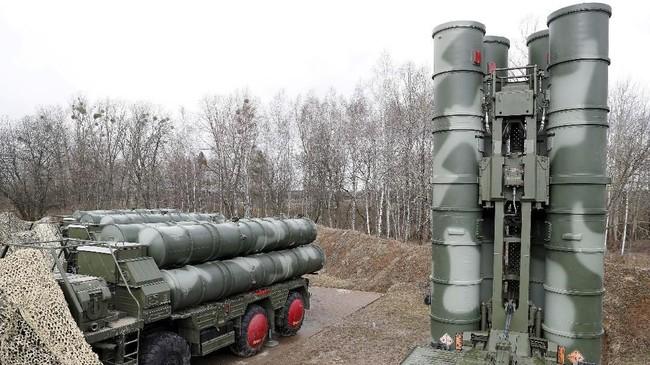 Presiden Turki, Recep Tayyip Erdogan, menyatakan akan tetap melanjutkan pembelian rudal S-400 demi pertahanan dan menjaga kedaulatan. Di sisi lain, AS mengancam membatalkan kontrak pembelian 100 jet tempur F-35 jika Turki tetap membeli rudal itu. (REUTERS/Vitaly Nevar/File Photo)