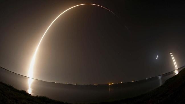 FOTO : SpaceX Luncurkan Roket Pembawa Misi Demo Teknologi