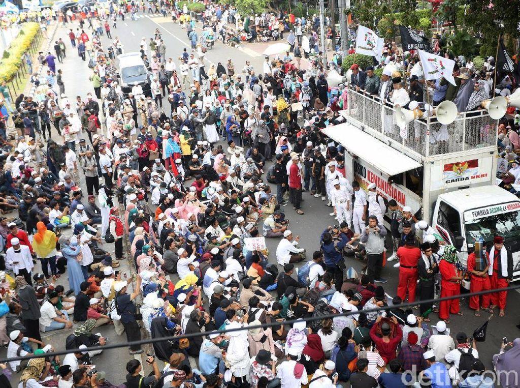 Begini Suasana Aksi Massa Kawal MK di Patung Kuda
