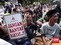 Massa Aksi Depan Gedung MK Gelar Yasinan Berjamaah