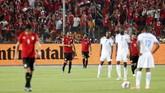 Mohamed Salah merayakan gol perdana yang dicetaknya di Piala Afrika 2019 sekaligus gol kedua timnas Mesir ke gawang timnas Kongo pada menit ke-43 di Stadion Internasional Kairo, Rabu (26/6) waktu setempat. (REUTERS/Mohamed Abd El Ghany)