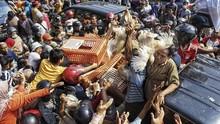 FOTO: Protes Harga Anjlok, Peternak Bagi-bagi Ayam Gratis