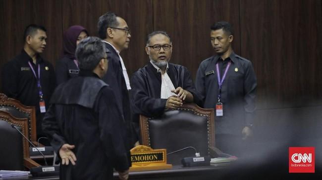 Mahkamah Konstitusi (MK) memutuskan menolak seluruh gugatan sengketa Pilpres 2019 yang dimohonkan Prabowo Subianto-Sandiaga Uno lewat kuasa hukum yang dipimpin Bambang Widjojanto (tengah). (CNN Indonesia/Adhi Wicaksono)